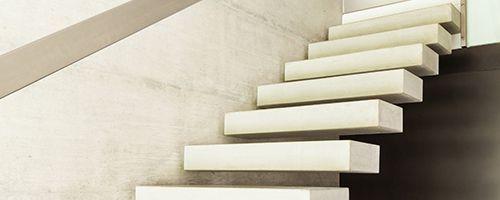 betonnen trap zwevend